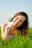 женщина травы счастливая здоровая лежа Стоковое Изображение