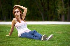 женщина травы счастливая сидя Стоковые Фото