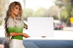 Женщина трансгендерного с флагом гордости Стоковые Изображения