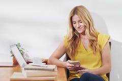 Женщина тратя время с smartphone Стоковые Фото