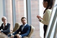 Женщина тренера предпринимателей, директора или босса слушая азиатская стоковая фотография rf