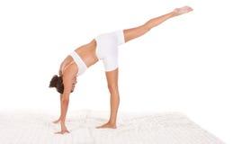 женщина тренировки выполняя йогу представления Стоковое фото RF