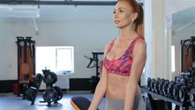 Женщина тренирует ее руки в центре фитнеса акции видеоматериалы