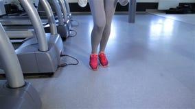 Женщина тренирует gluteal мышцы в центре фитнеса сток-видео
