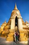 Женщина туристское близко золотое Stupa в Таиланде стоковая фотография rf