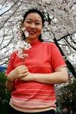 женщина удерживания вишни цветений стоковое фото rf