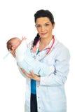 женщина удерживания доктора младенца Стоковое фото RF