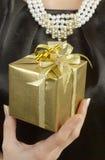 женщина удерживания золота подарка славная Стоковые Изображения RF