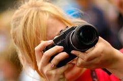 женщина удерживания камеры Стоковые Изображения RF