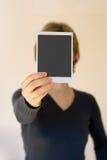 женщина удерживания карточки пустая передняя Стоковые Изображения