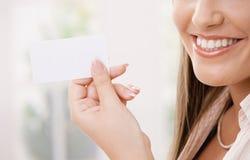 женщина удерживания карточки Стоковая Фотография