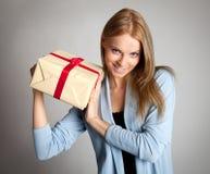 женщина удерживания подарка коробки счастливая стоковая фотография