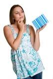 женщина удерживания подарка Стоковое Изображение