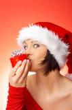 женщина удерживания подарка Стоковая Фотография