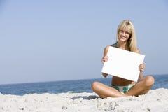 женщина удерживания пустой карточки пляжа Стоковое Изображение RF