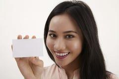 женщина удерживания пустой карточки Стоковое Фото