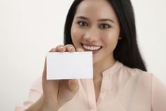 женщина удерживания пустой карточки Стоковые Фото