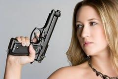 женщина удерживания пушки стоковая фотография rf
