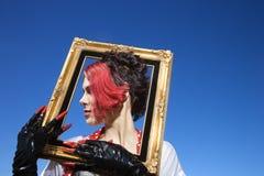 женщина удерживания рамки Стоковое фото RF