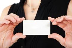 женщина удерживания руки визитной карточки Стоковое фото RF