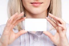 женщина удерживания руки карточки посещая Стоковая Фотография RF