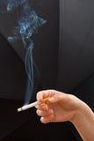 женщина удерживания руки сигареты Стоковые Фото