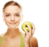 женщина удерживания яблока счастливая здоровая стоковая фотография