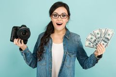 Женщина удивленная детенышами с камерой и наличными деньгами Стоковое Изображение