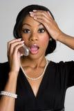 женщина удивленная телефоном стоковые изображения rf