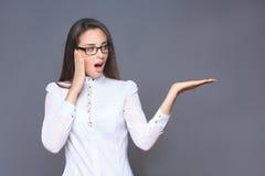 Женщина указывая ее палец на мнимой кнопке Стоковое фото RF