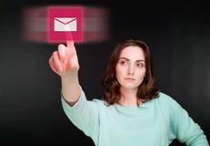 Женщина указывая палец к виртуальной кнопке Стоковое Изображение