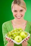 женщина уклада жизни удерживания плодоовощ шара здоровая Стоковая Фотография RF