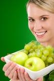 женщина уклада жизни удерживания плодоовощ шара здоровая Стоковые Фото