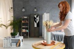Женщина украшая квартиру стоковое фото