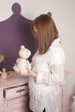 Женщина украшая комнату младенца стоковое изображение rf