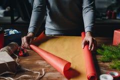 Женщина украшая подарок рождества Стоковое Фото