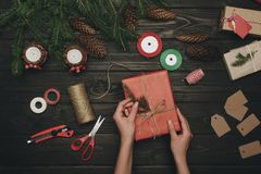 Женщина украшая подарок рождества Стоковое Изображение