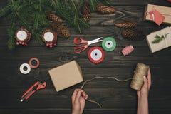 Женщина украшая подарок рождества Стоковая Фотография