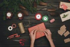 Женщина украшая подарок рождества Стоковое фото RF