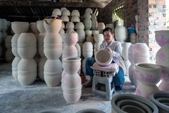 Женщина украшая продукты фарфора стоковые фото
