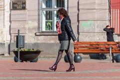 женщина улицы гуляя Стоковые Изображения