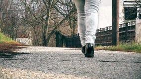 женщина улицы гуляя видеоматериал