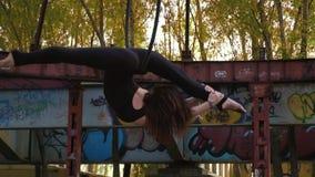 Женщина уловила ее ногу в шпагате за кольцом для воздушной акробатики акции видеоматериалы