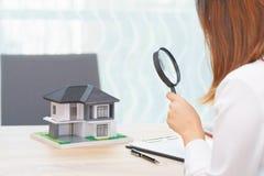 Женщина улыбки ища для нового дома или проверяя дома перед бушелем стоковые изображения rf