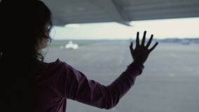 Женщина уныло смотря через окно авиапорта, отсутствующий дом, ностальгию отклонения акции видеоматериалы