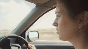 Женщина управляет автомобилем акции видеоматериалы
