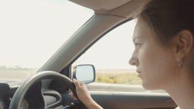 Женщина управляет автомобилем видеоматериал
