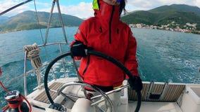 Женщина управляет яхтой через озеро акции видеоматериалы