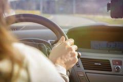 Женщина управляя автомобилем, взглядом от позади Стоковая Фотография
