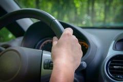 Женщина управляя автомобилем, взглядом от позади Стоковое фото RF
